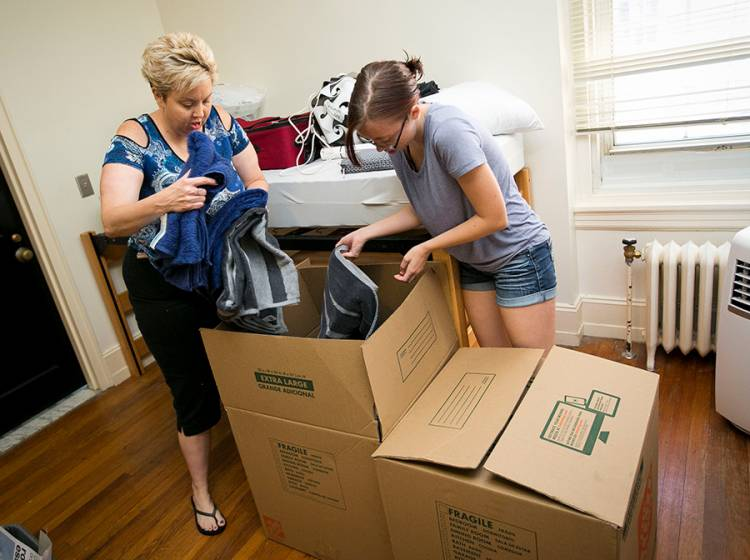Jill Kane helps her daughter, Sarah Kane move into Wilson Hall. Photo by Megan Mendenhall