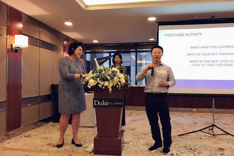 Joe Wu received his award at the Duke Alumni Leadership Meeting in Shanghai