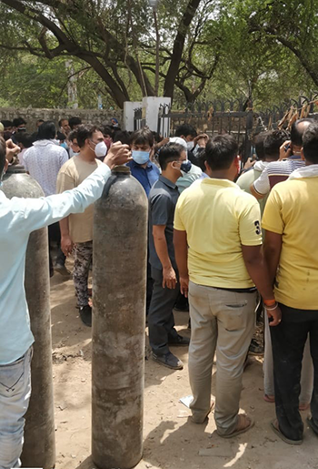 Long lines outside of filling stations in Faridabad prior to the implementation of the oxygen management system.