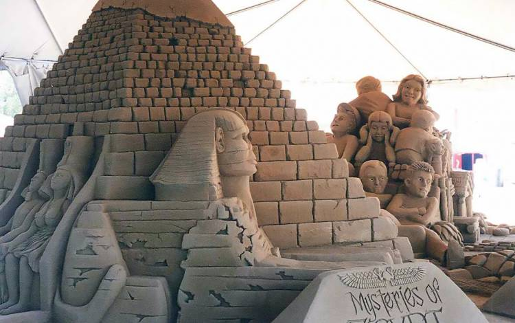 With Sandy Feat, a sand sculpting group, Brugnolotti made the Great Pyramids and Sphinx of Giza.