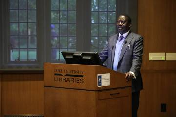 Raila Odinga speaks to an audience about sustainable African economic development. Photo by Catherine Angst